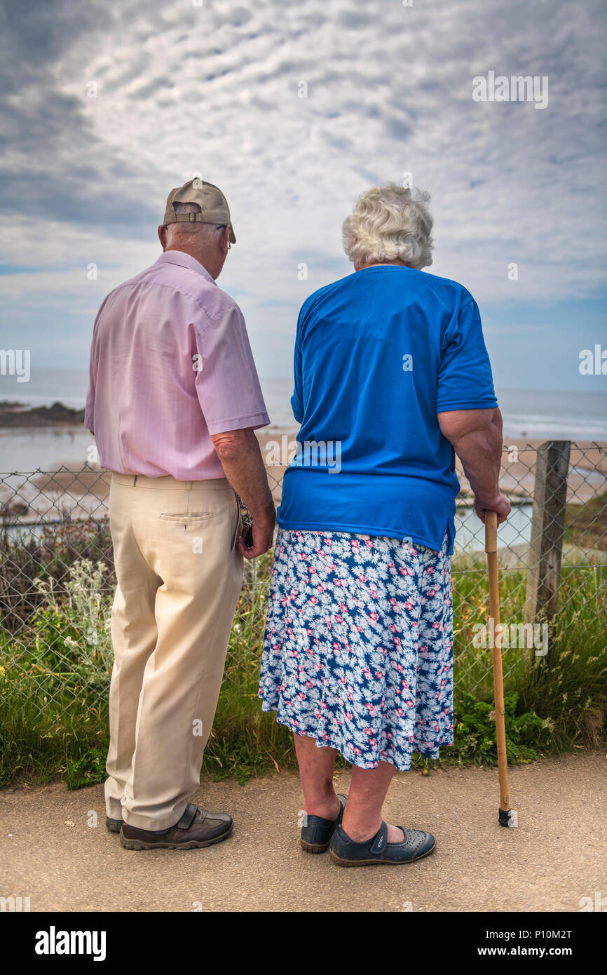 Ein älteres Ehepaar die Sonne nach unten gehen zusammen. Stockfoto