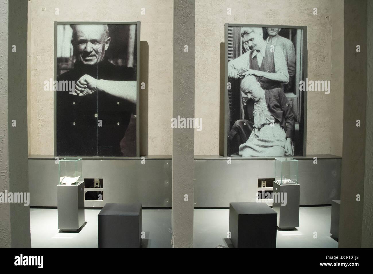 Nach dem Krieg Scherkopf Strafe für Frauen beschuldigt der Kollaboration mit Deutschen als Teil der exhibion im Museum des Zweiten Weltkriegs in Danzig, Po Stockbild