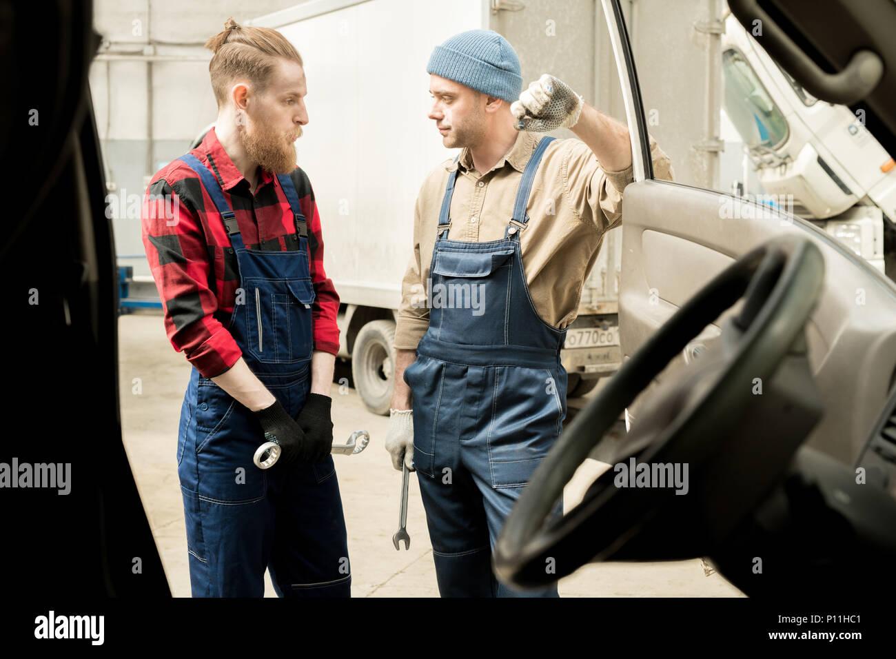 Auto Techniker diskutieren Arbeit Stockbild
