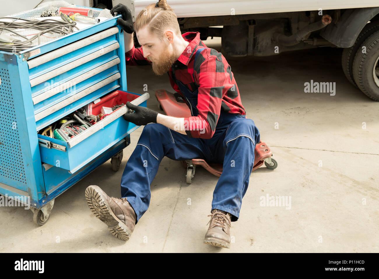 Professionelle Automechaniker bei der Arbeit Stockbild