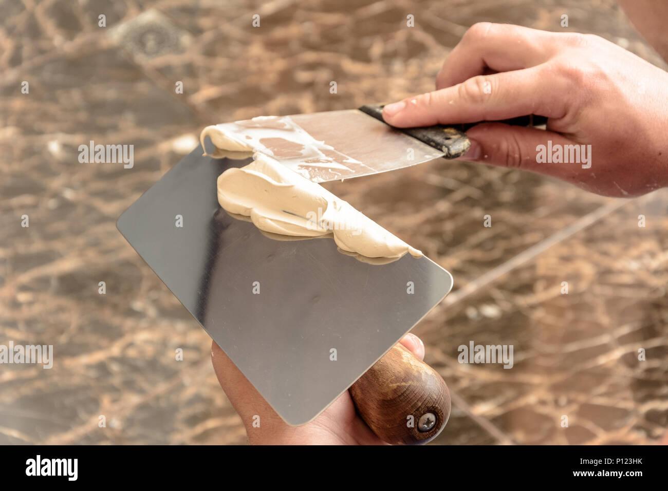 des menschen hände ein venezianischer putz auf einer speziellen