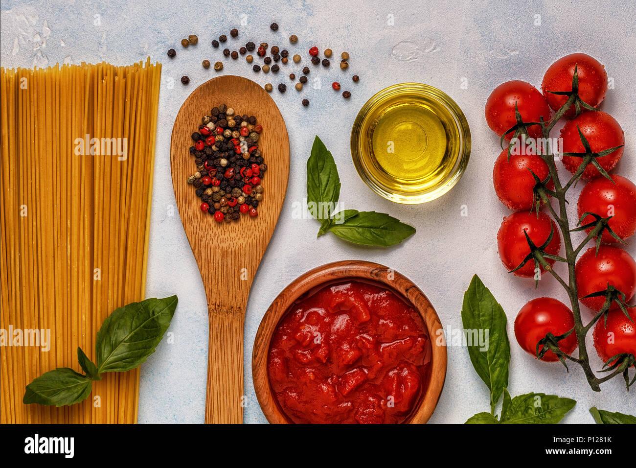 Italienische Küche mit Pasta, Gewürze und Gemüse. Ansicht von oben, kopieren. Stockbild