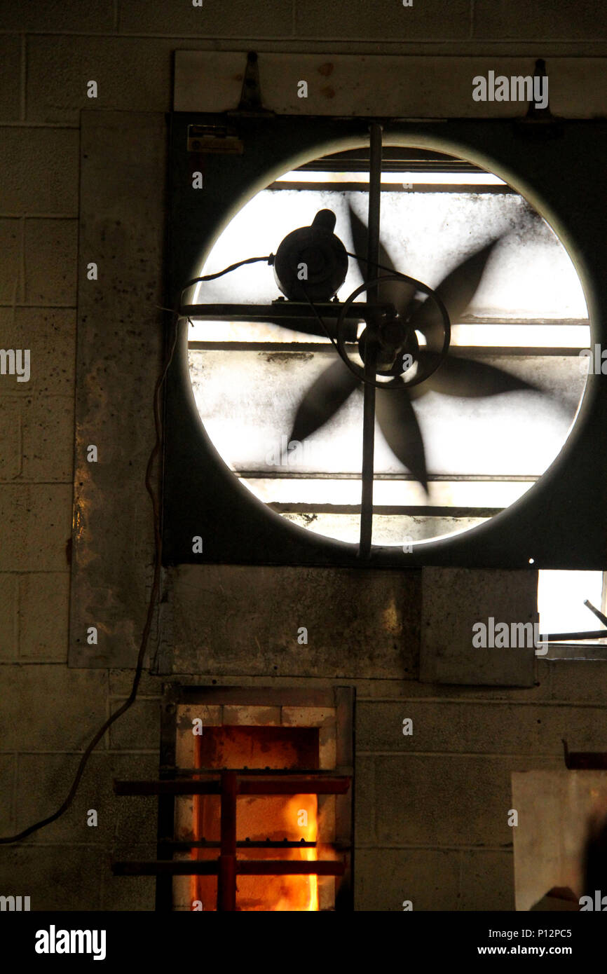 Große industrielle Lüfter in überhitzten Shop arbeiten Stockbild