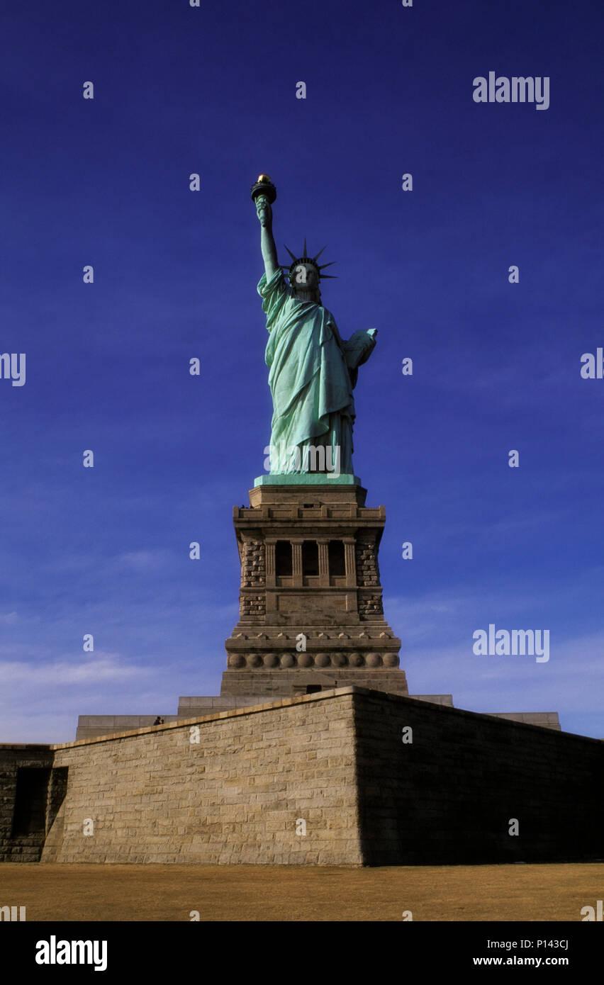 Freiheitsstatue, frontale Ansicht auf Achse auf Liberty Island mit spätem Licht und Schatten, New York, NY, USA Stockbild