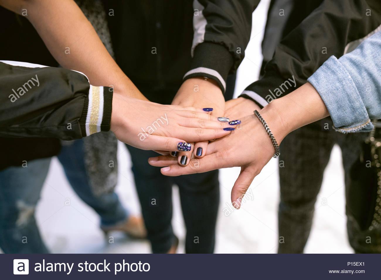 Menschen mit ihren Händen arbeiten im Team Konzept zusammen. Stockbild