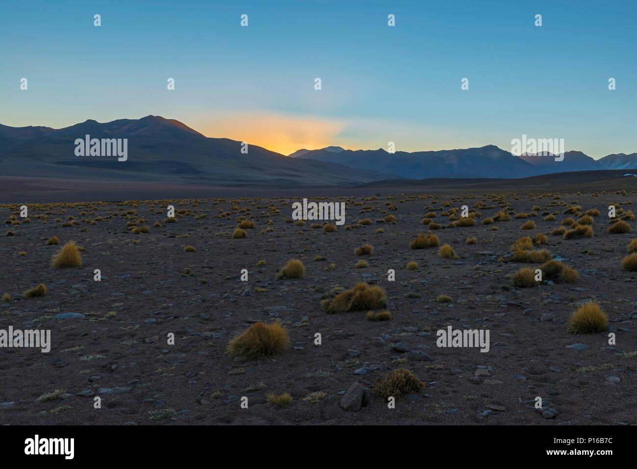 Landschaft der Anden bei Sonnenaufgang in der Siloli Wüste am 4600 m hohen zwischen Chile und den Salzsee von Uyuni, Bolivien entfernt. Stockbild