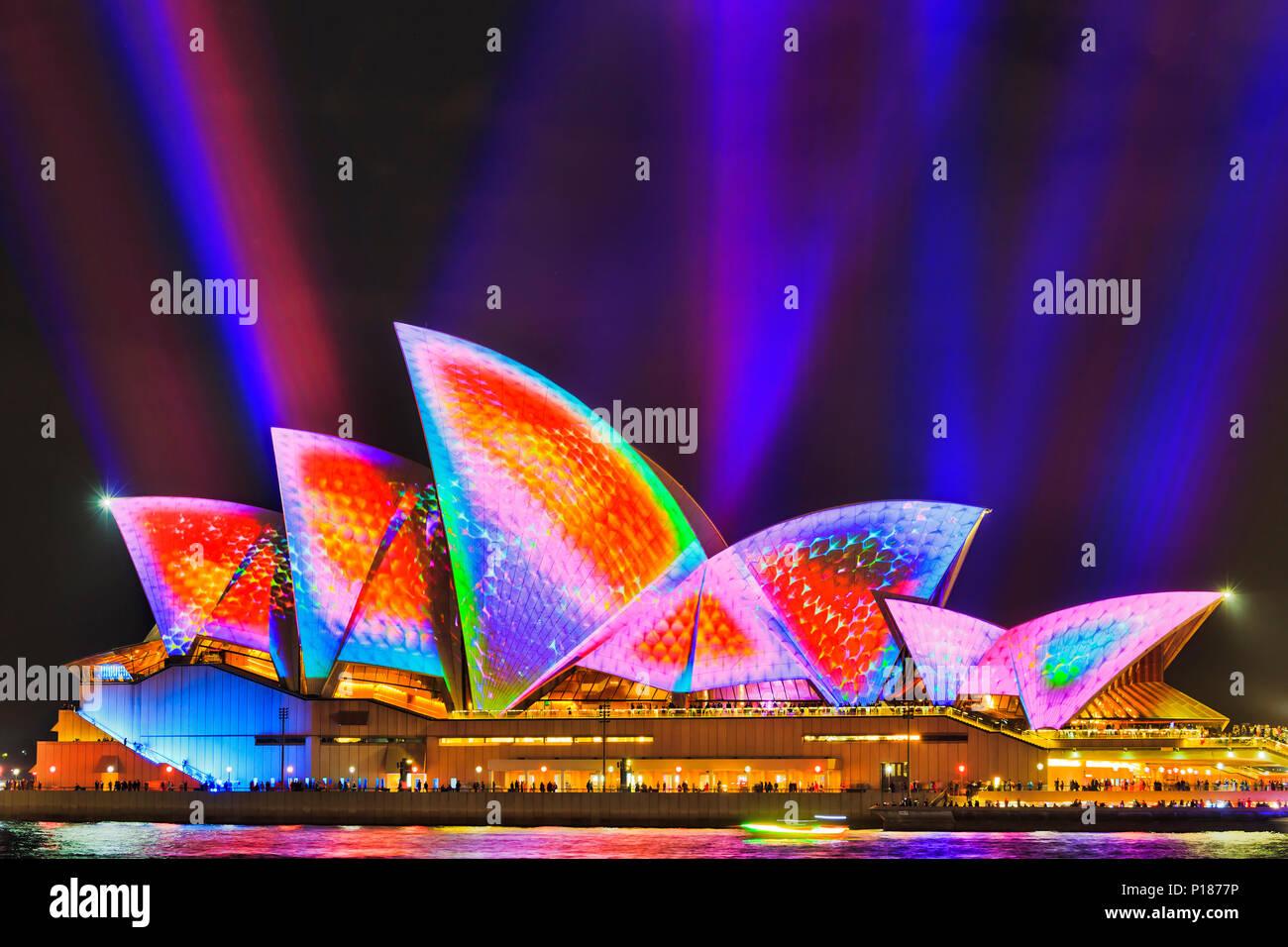 Sydney, Australien - 25. Mai, 2018: die Stadt Sydney Wahrzeichen von Sydney Opera House am Hafen am Wasser Licht während der jährlichen Light Show aus Musik, Li lackiert Stockbild