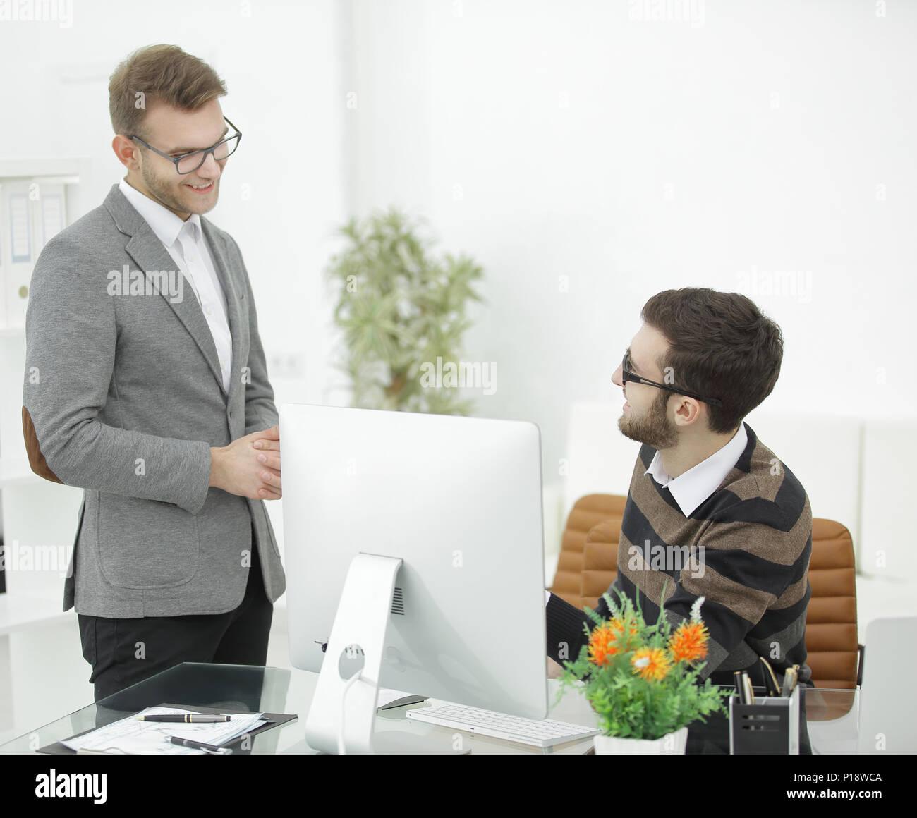 Manager im Gespräch mit einem Mitarbeiter im Büro. Stockbild