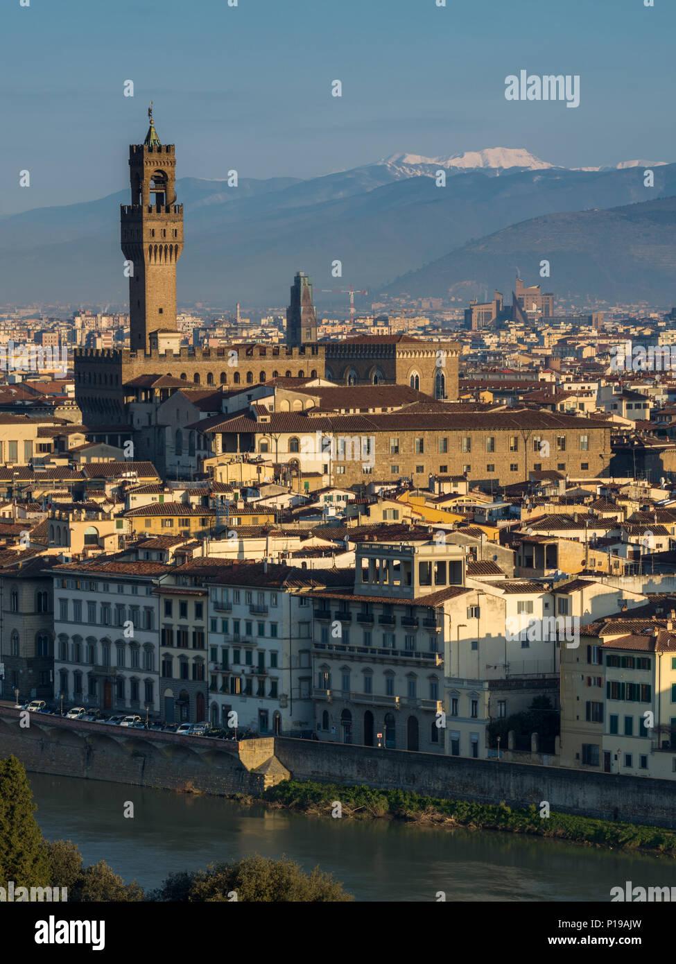 Florenz, Italien - 24. März 2018: Morgenlicht leuchtet das Stadtbild von Florenz, darunter das historische Wahrzeichen der Palazzo Vecchio. Stockbild