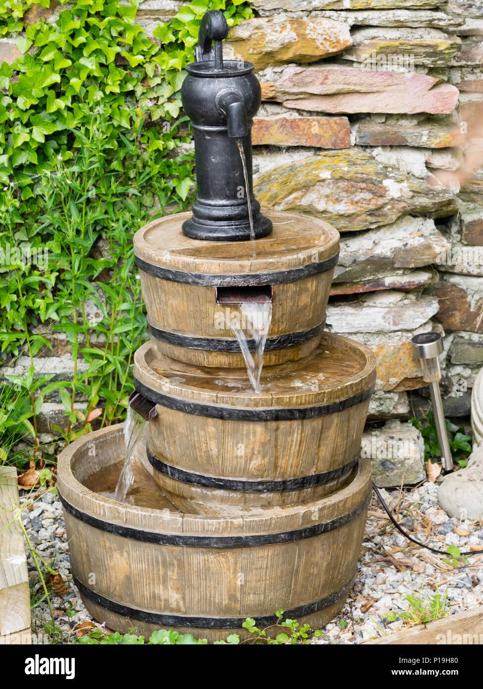 garten wasser als drei fässer mit pumpe oben angeordnet stockfoto