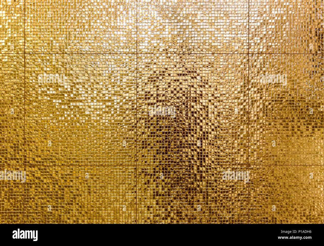 Luxus Gold Mosaikfliesen Hintergrund Für Bad Oder Toilette Textur. Golden  Glänzenden Fliesen Wand Muster. Hochauflösendes Foto.