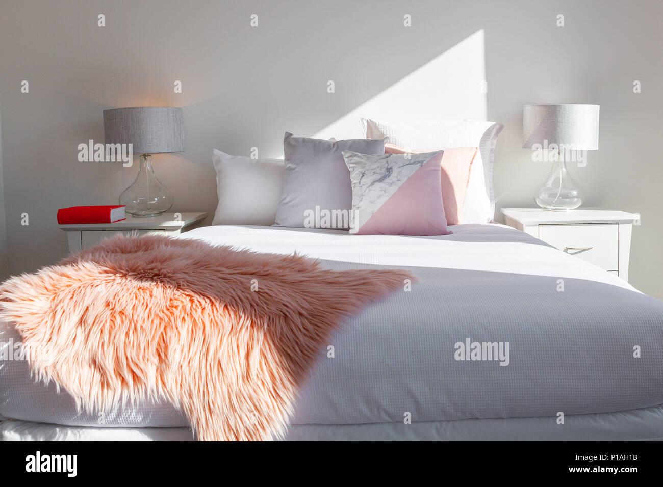 Elegante Schlafzimmer - Anordnung der Kissen auf dem Bett mit ...