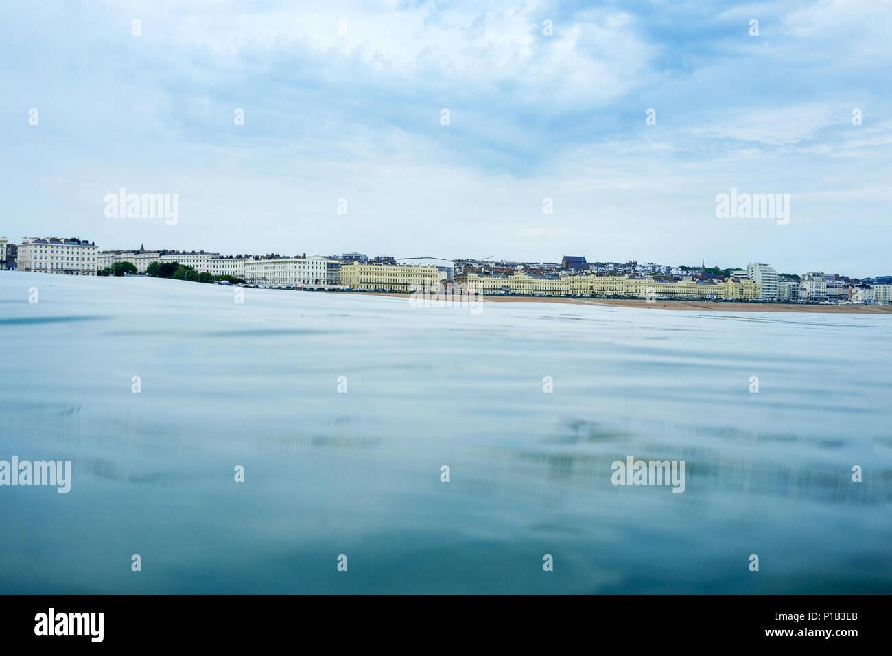 Brighton Seafront View Point vom Meer, an der Unterseite ist eine ruhige Glas wie flache Meer in der Mitte ist die Skyline von Brighton, Großbritannien, mit dem ich 360 vie Stockbild