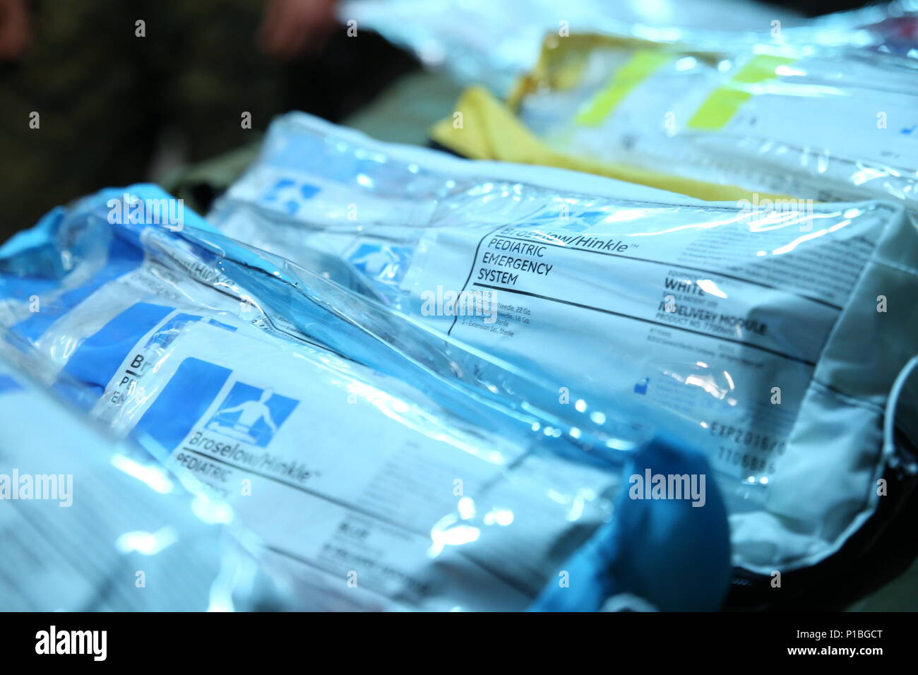 Eine Reihe von Broselow Pädiatrie Emergency Kits, Gewicht-basierten Reanimation medizinische Ausrüstung für Kinder, liegen auf einer Bahre während pädiatrische Krankheit als Teil amphibische Landung Übung 33 (PHIBLEX 33) in Kol. Ernesto Ravina Air Base, Philippinen, 8. Oktober 2016. Schock und Trauma Platoon, Bekämpfung der Logistik Bataillon 31, 31 Marine Expeditionary Unit durchgeführt die Ausbildung bei PHIBLEX 33 zur Vorbereitung seiner Matrosen Kind, Patienten zu behandeln. PHIBLEX 33 ist eine jährliche US-philippinische Militär bilaterale Übung, kombiniert amphibische Fähigkeiten und Live-Fire Training mit humanitären civic Assi Stockbild