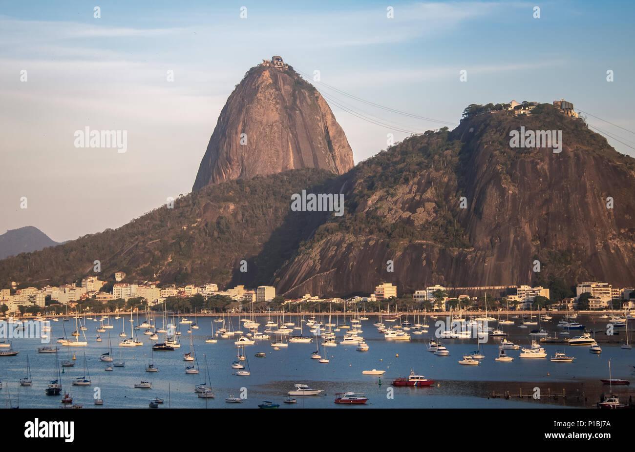 Luftaufnahme von Zuckerhut und Botafogo Strand an der Bucht von Guanabara - Rio de Janeiro, Brasilien Stockfoto