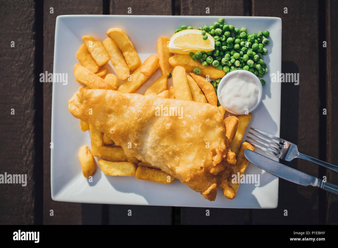 Fisch und Chips, typisch britische Mittagessen, Restaurant am Strand, Brighton, England Stockbild