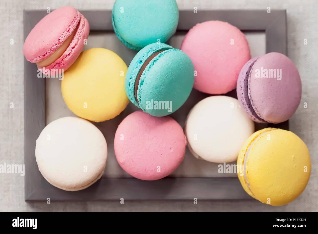 Frische natürliche bunte Macarons in verschiedenen ...