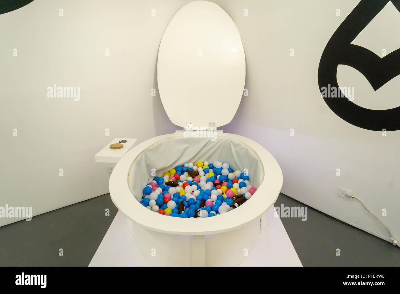 Die Toilette Ballebad Im Luxuriosen Badezimmer Marken Tushy Und Poo