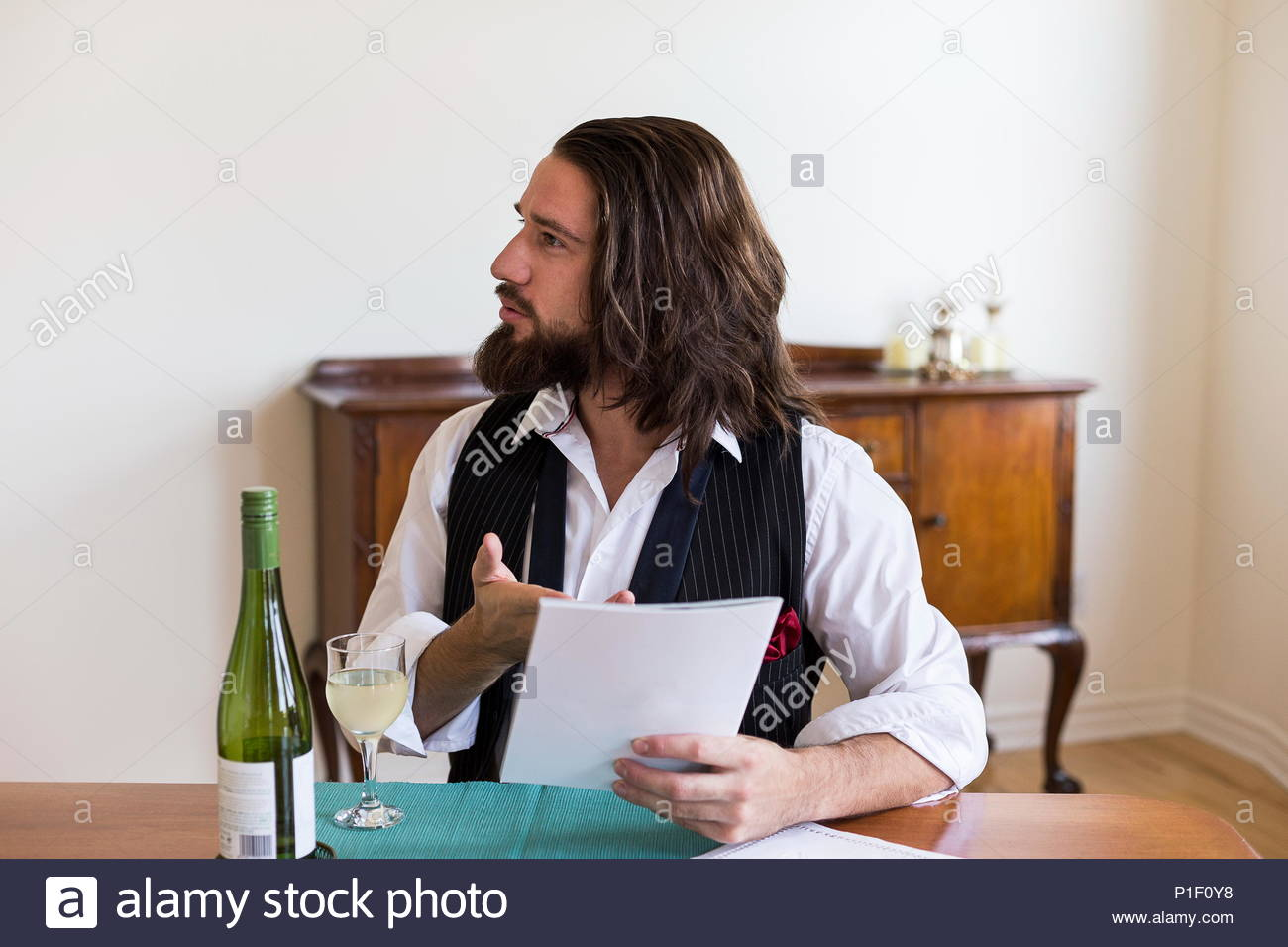 Schöne Dunkelhaarige und bärtiger junger Mann im weißen Hemd und ...