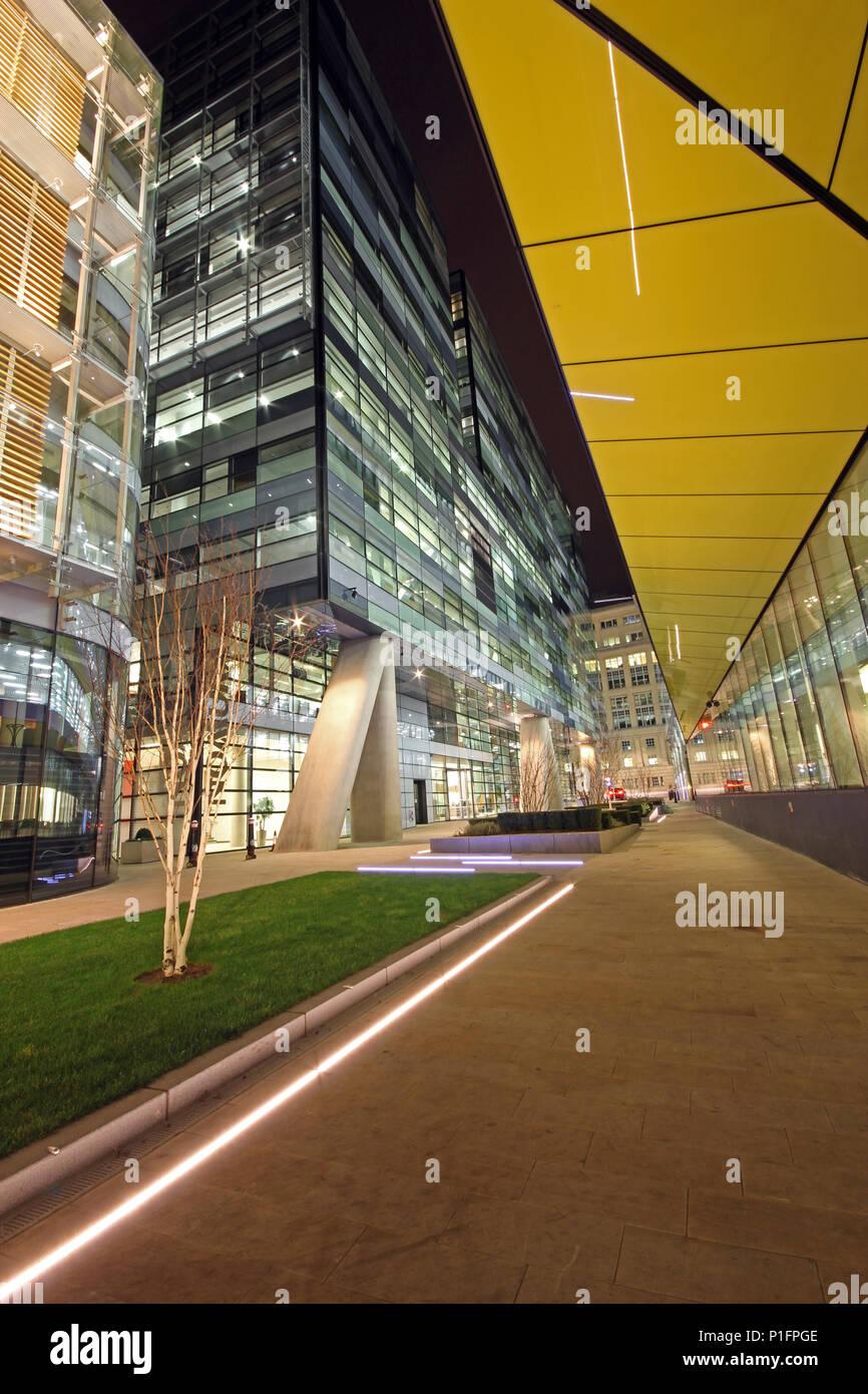 Modernistischen führen in den Zeilen in London City bei Nacht Stockbild