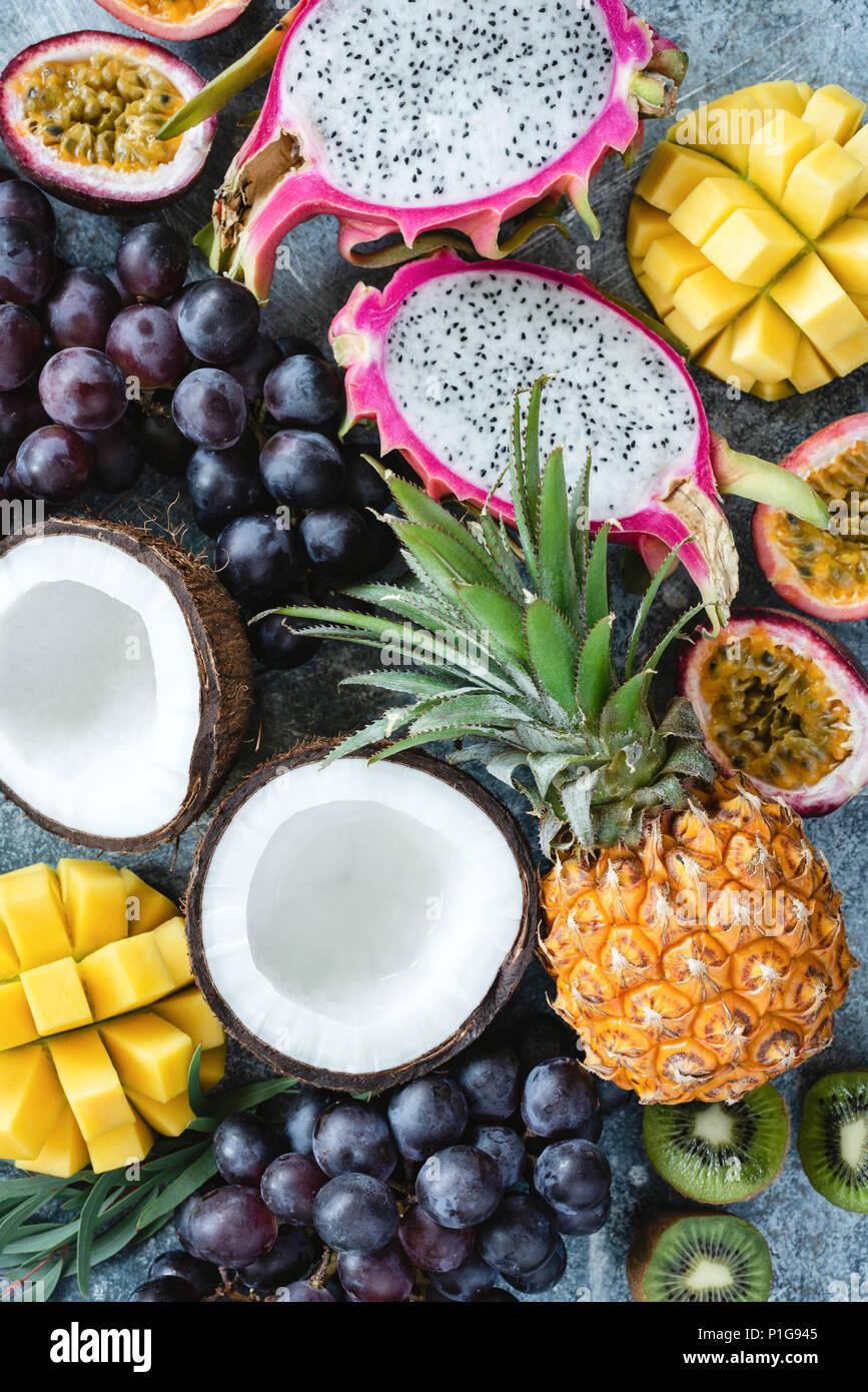 Exotische oder tropische Früchte Sortiment. Ananas, Kokos, Passionsfrucht, pitaya, Weintrauben und Kiwi. Gruppe der frischen Früchte. Obst Hintergrund Stockbild