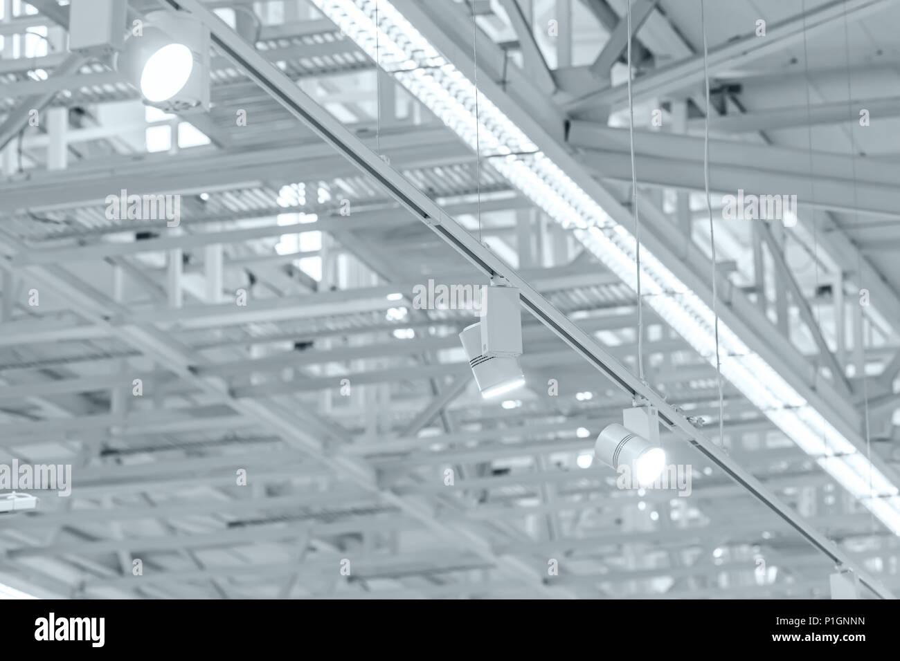 Reihe der helle Halogenstrahler auf Ausstellung Decke. industriebau ...