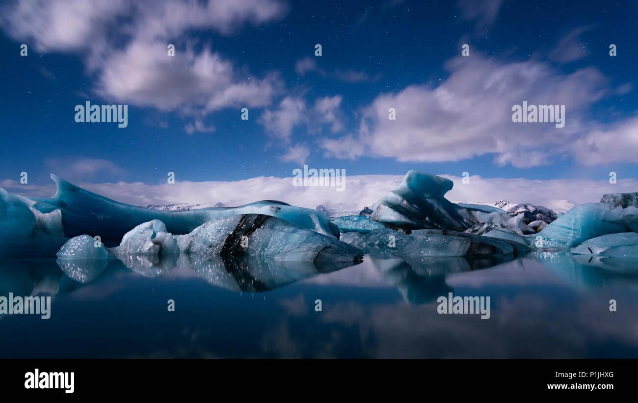 Sternenhimmel bei Vollmond über Gletscherlagune Jökulsarlon, Island, Stockbild