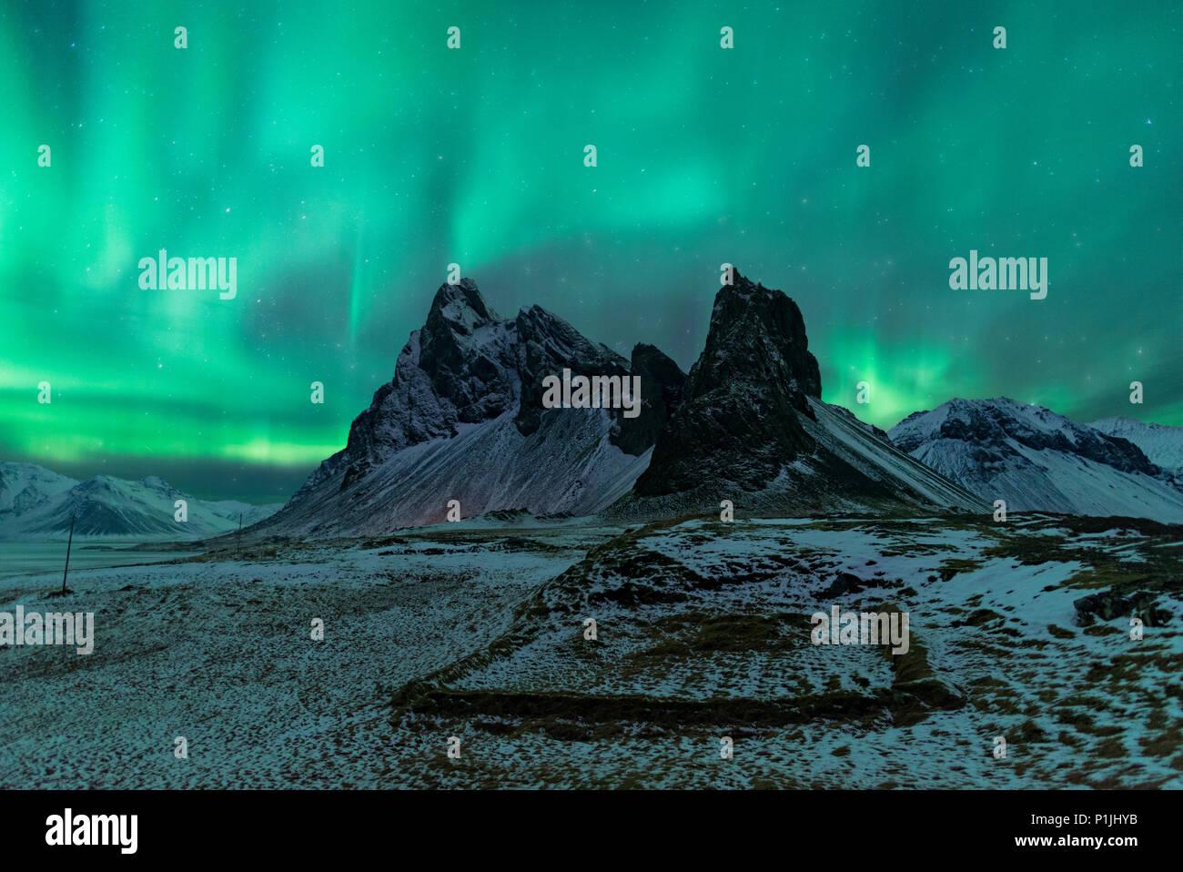Nordlichter über Eystrahorn, Krossanesfjall, Island Stockbild