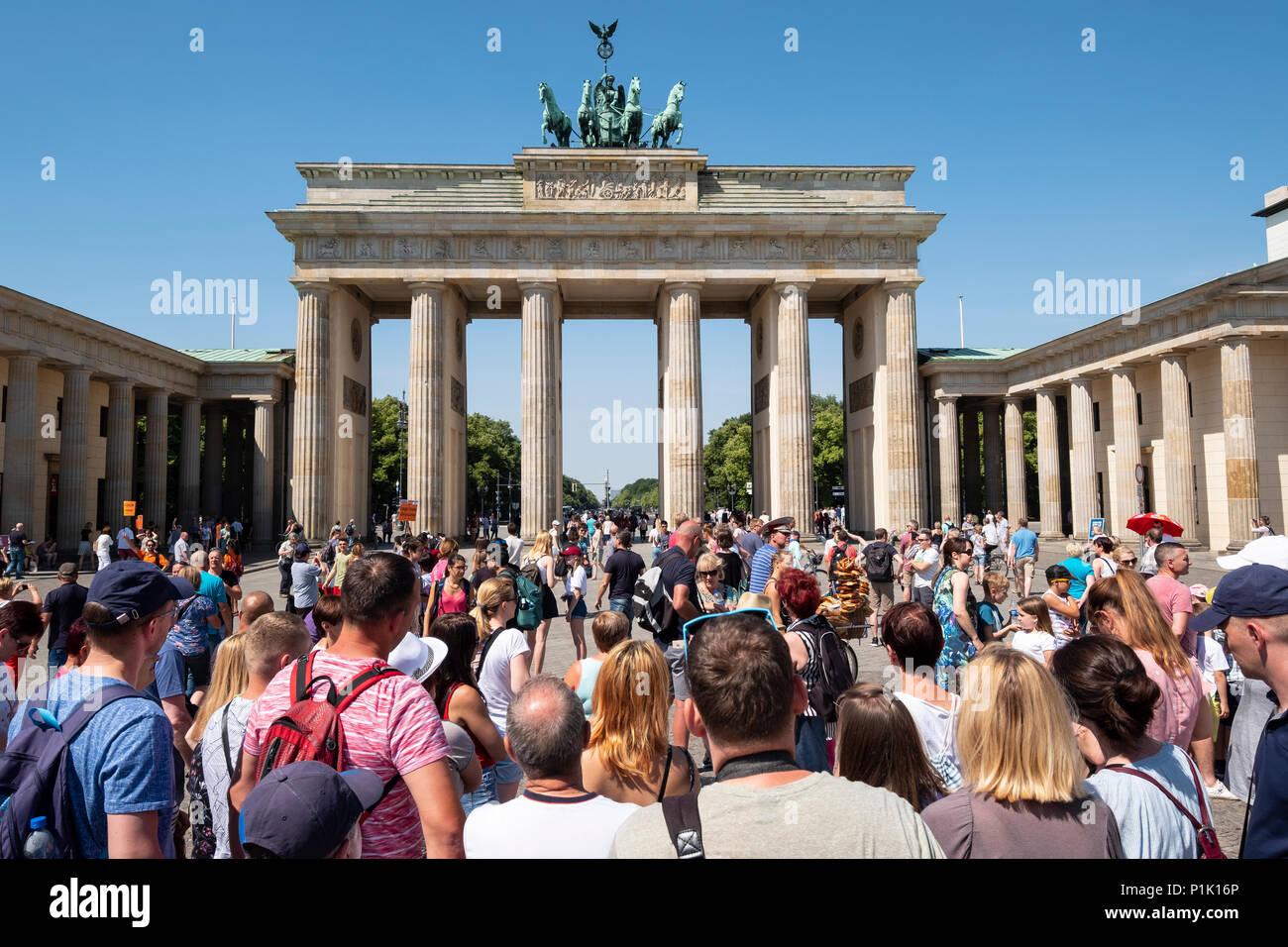 Viele Touristen vor dem Brandenburger Tor in Berlin, Deutschland Stockfoto