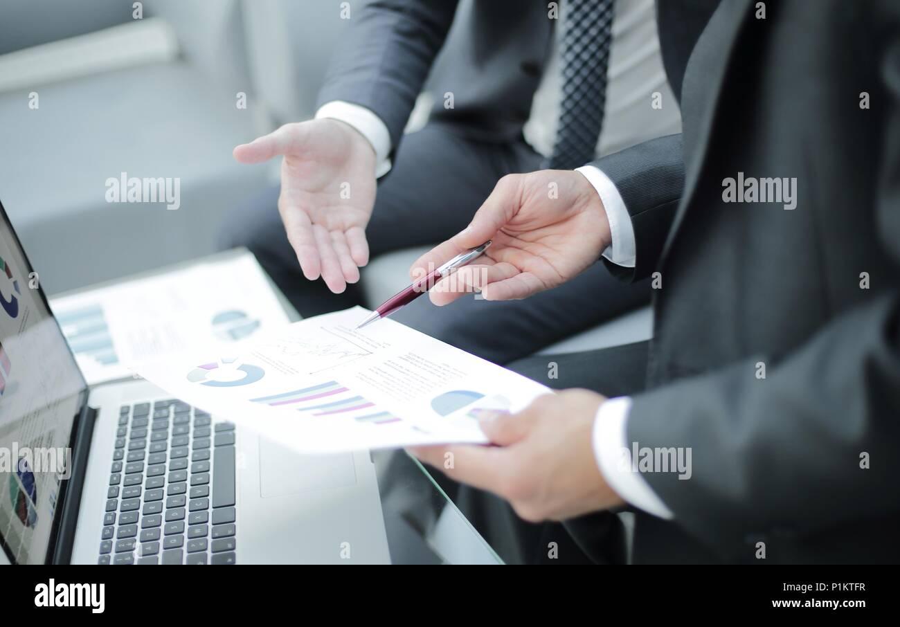 Business Team Hände bei der Arbeit mit Finanzberichte Stockbild