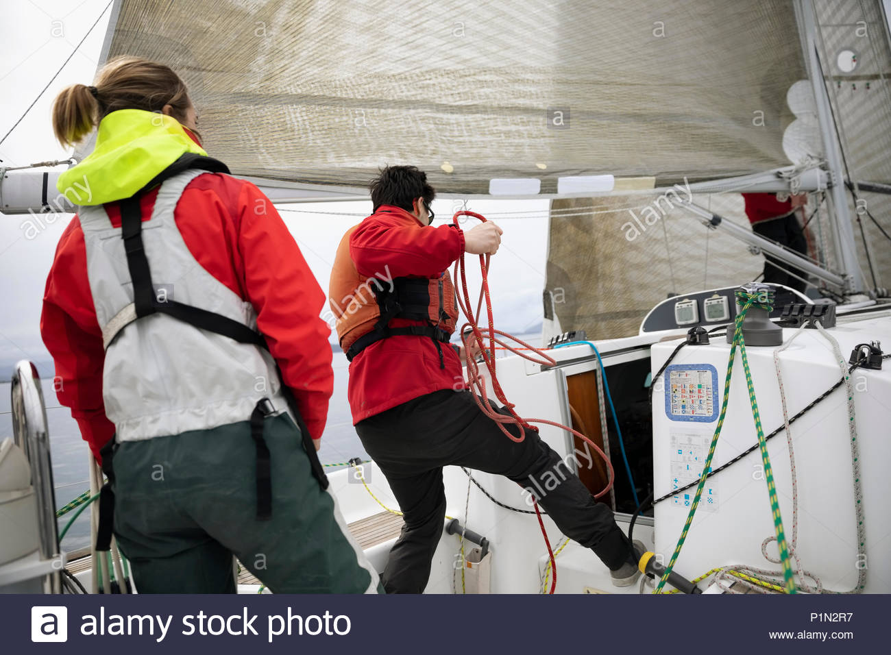 Sailing Team einstellen Rigging Seil auf Segelboot Stockbild