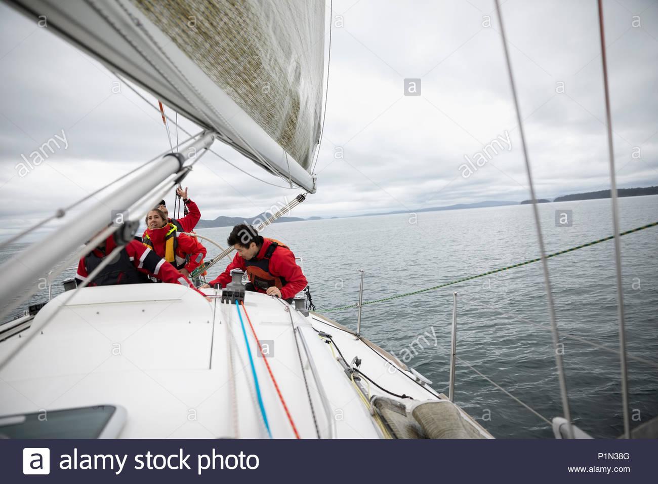 Sailing Team Ausbildung auf dem Segelboot auf das Meer Stockbild