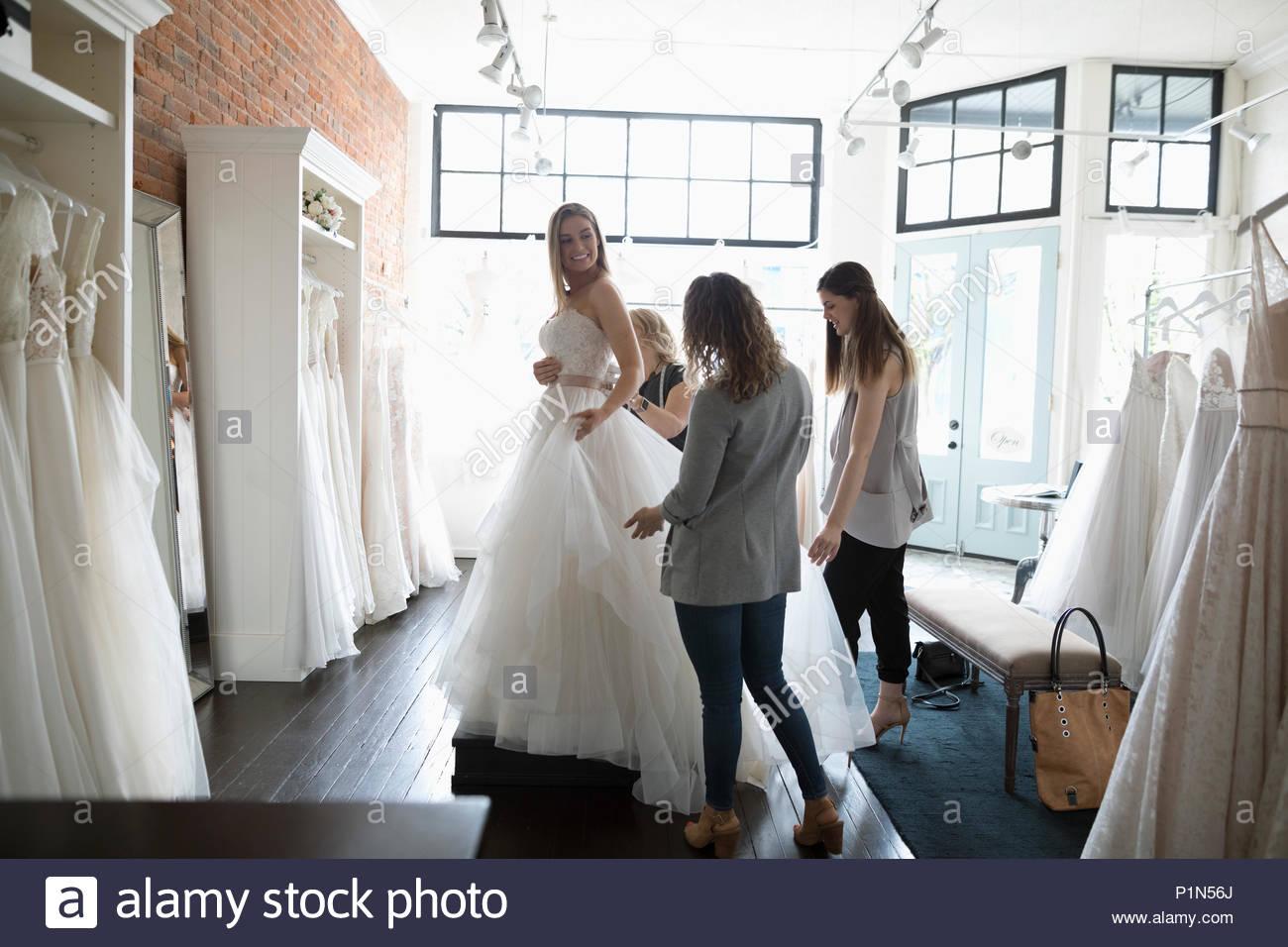 Braut und Freunde an der Hochzeit Kleid Fitting in Bridal Boutique Stockbild