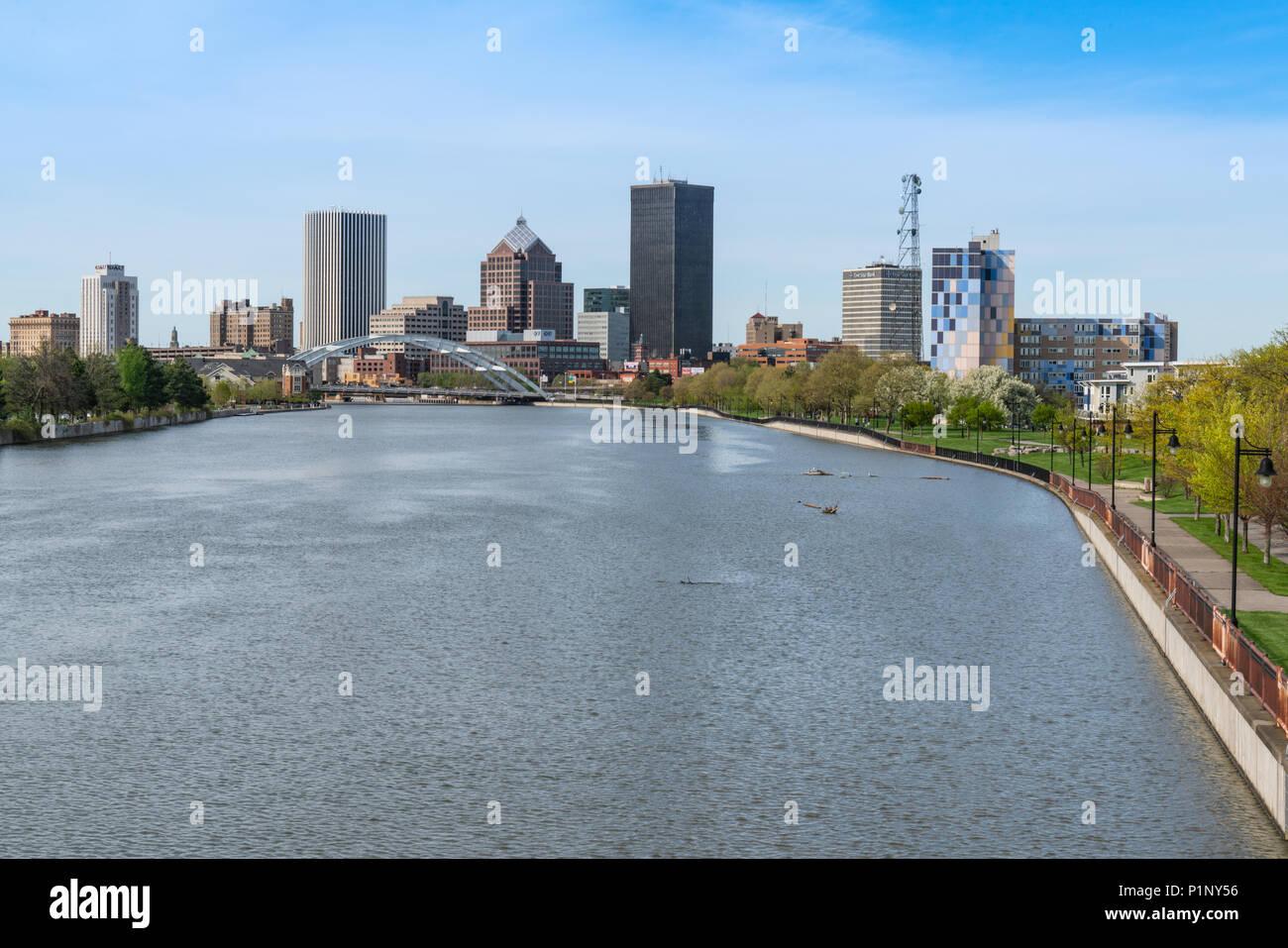 ROCHESTER, NY - 14. MAI 2018: Skyline von Rochester, New York entlang der Genesee River Stockfoto