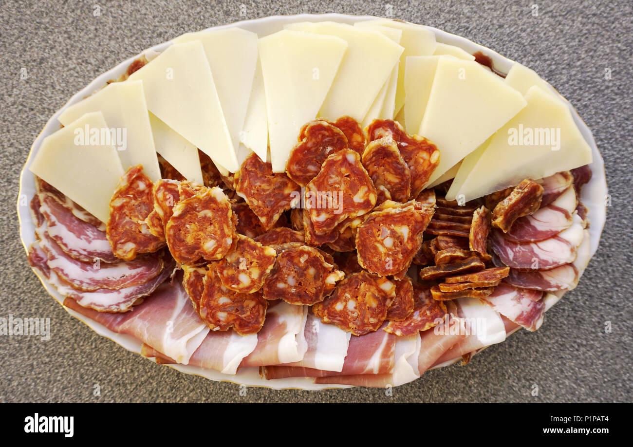 platte-mit-in-scheiben-geschnittenen-hausgemachte-kroatische-schafskase-von-der-insel-pag-schinken-wurst-und-schinken-traditionelle-einheimische-und-bio-lebensmittel-konzept-p1pat4.jpg