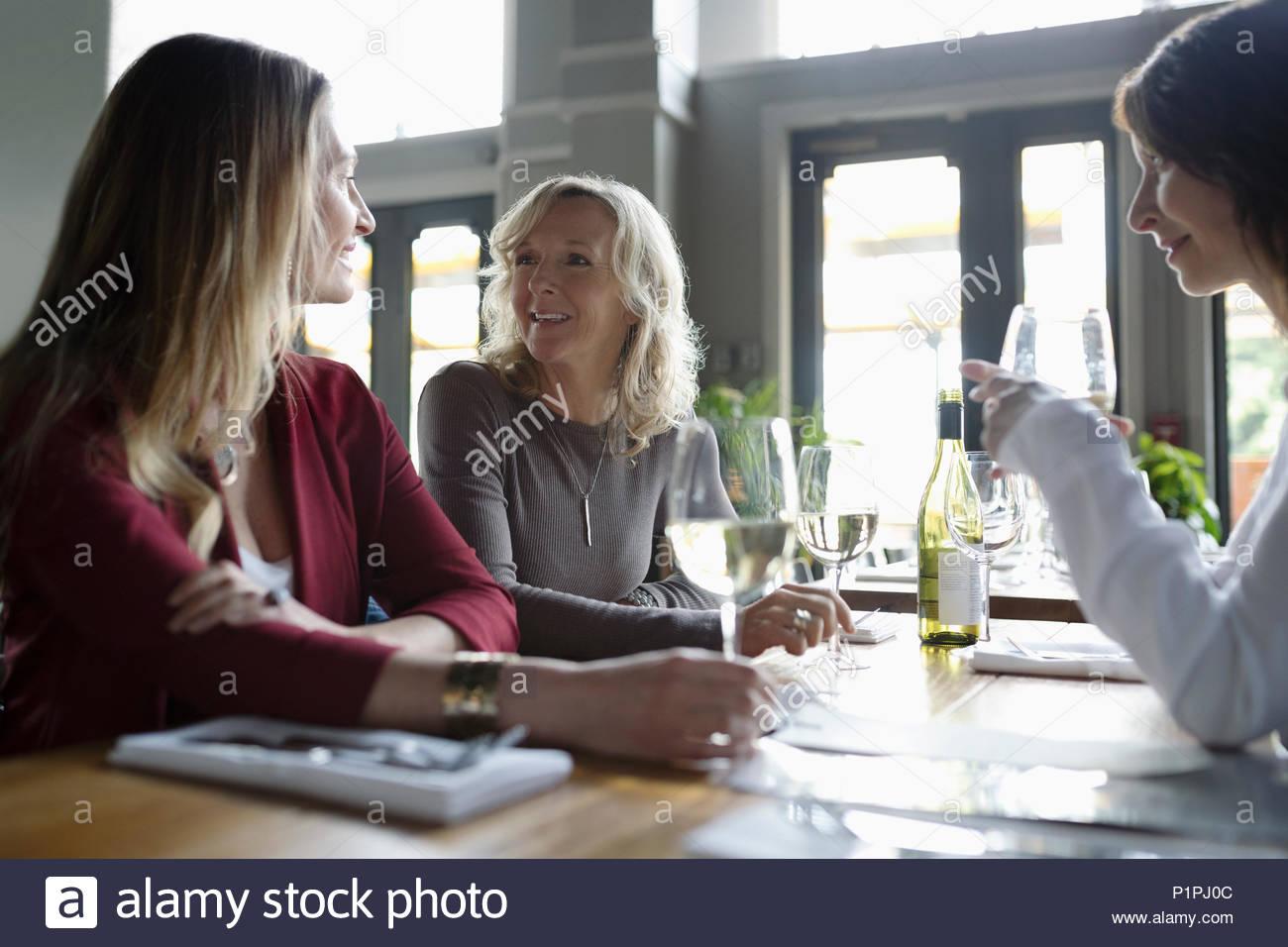 Frauen, Wein trinken, Essen im Restaurant Stockbild
