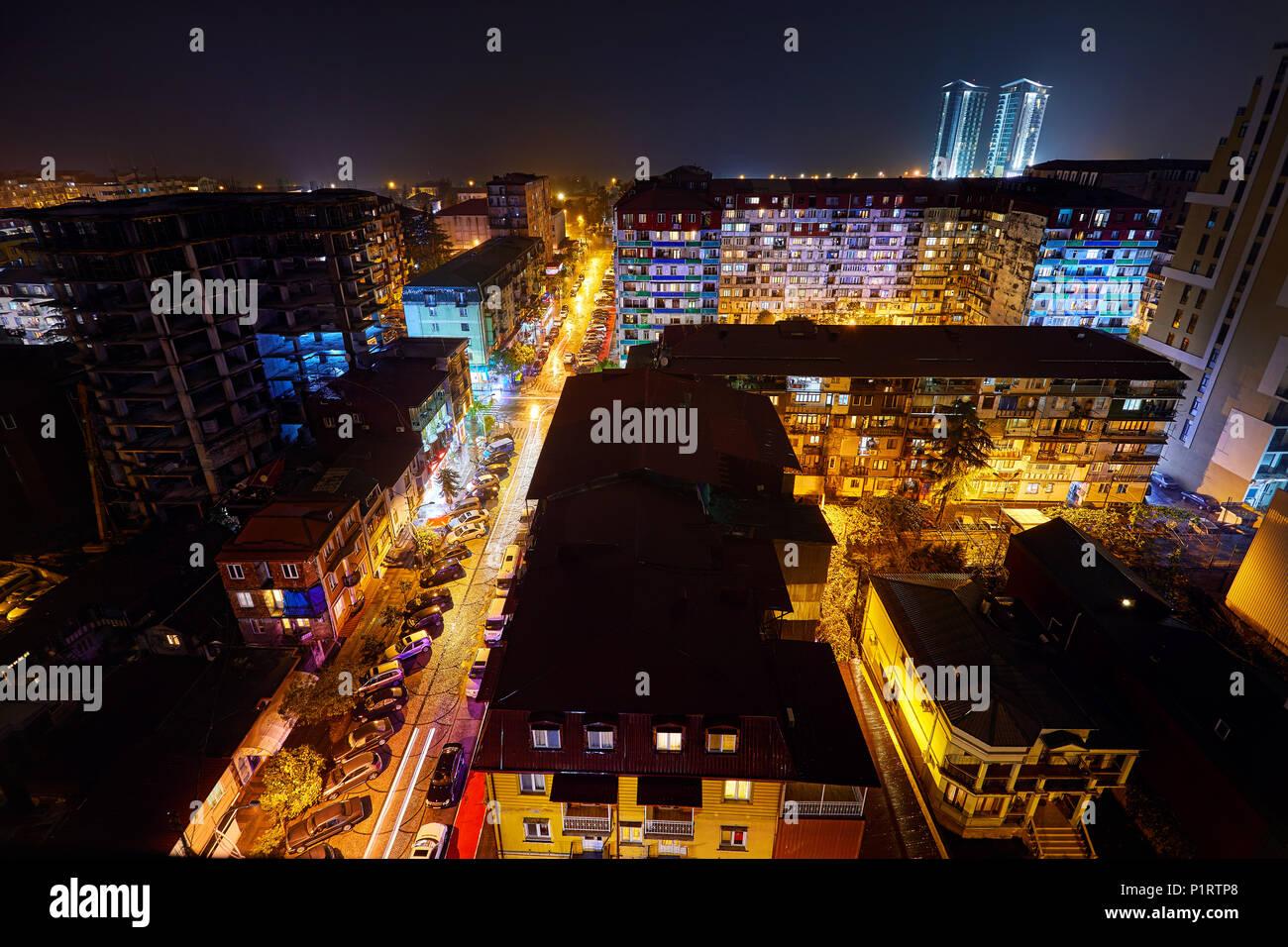 BATUMI, Georgien - OKTOBER 3, 2017: Nacht Straßen der Stadt mit Beleuchtung. Blick vom Dach des Hochhauses. Stockbild