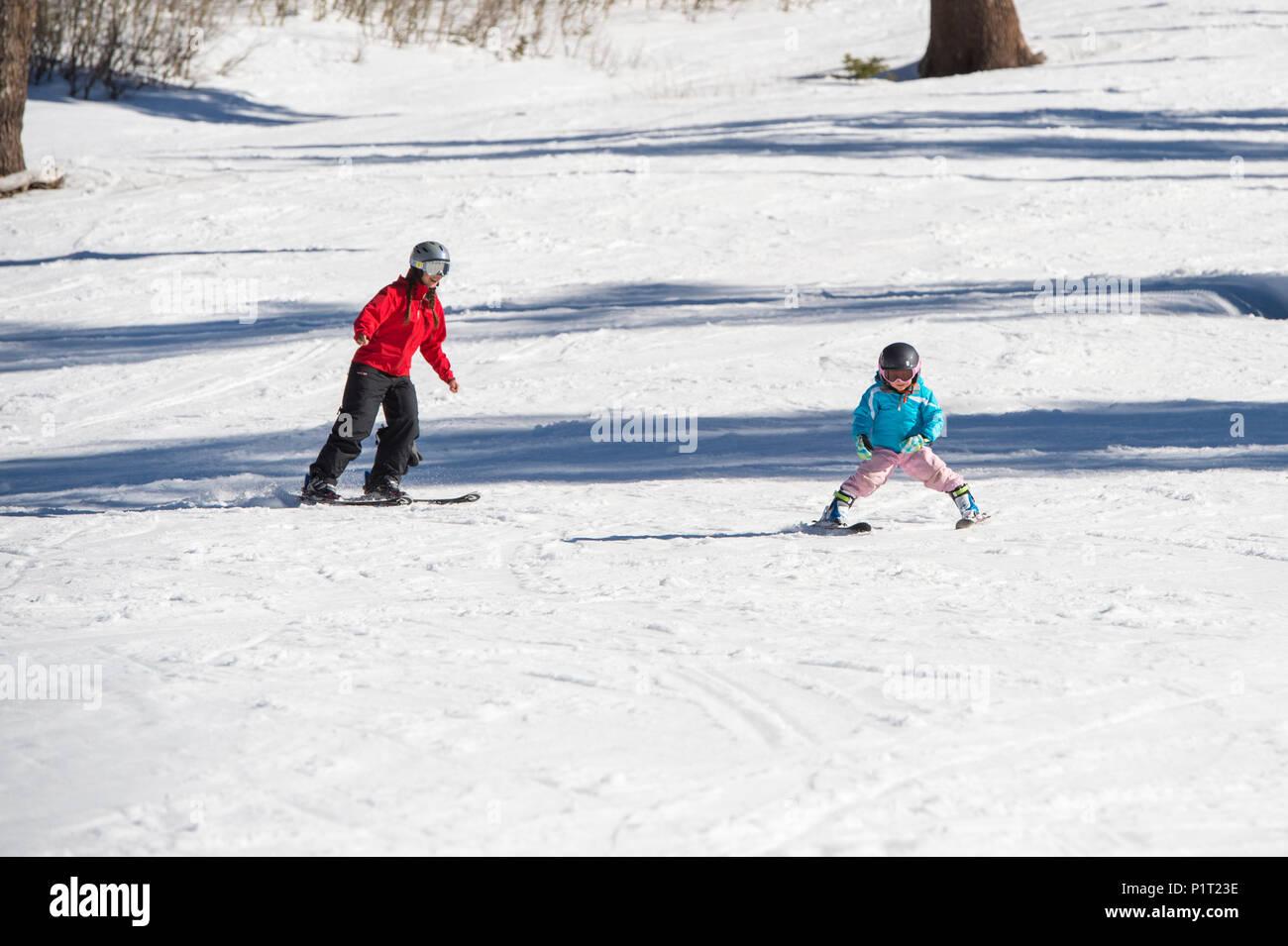 Mutter Unterrichten junger Tochter wie Ski in Squaw Valley Ski Resort in Kalifornien, in Nordamerika. Stockbild
