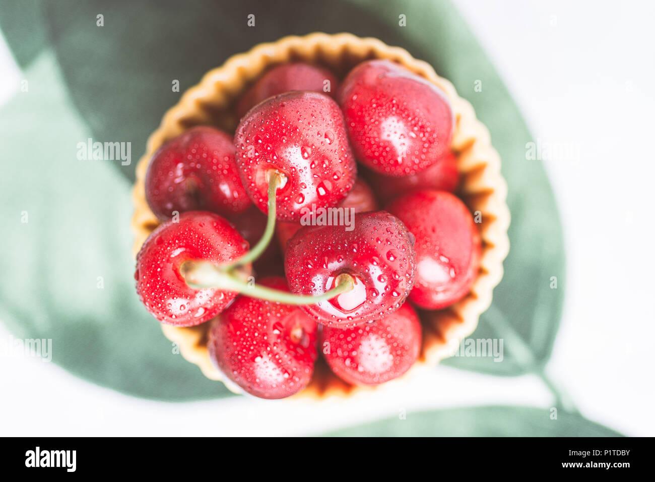 Gespritzte rote Kirschen im Sommer Konzept Stockbild