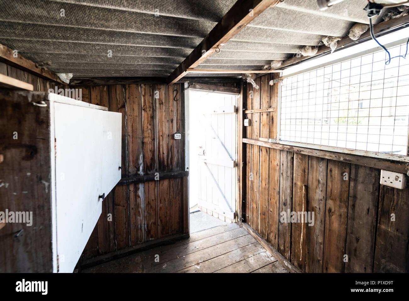 In einem alten, verlassenen Schuppen mit hausgemachten Workbench ...