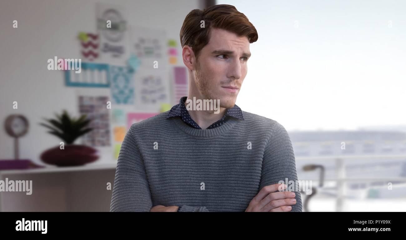 Geschäftsmann falten Arme in Büro- und Denken Stockbild