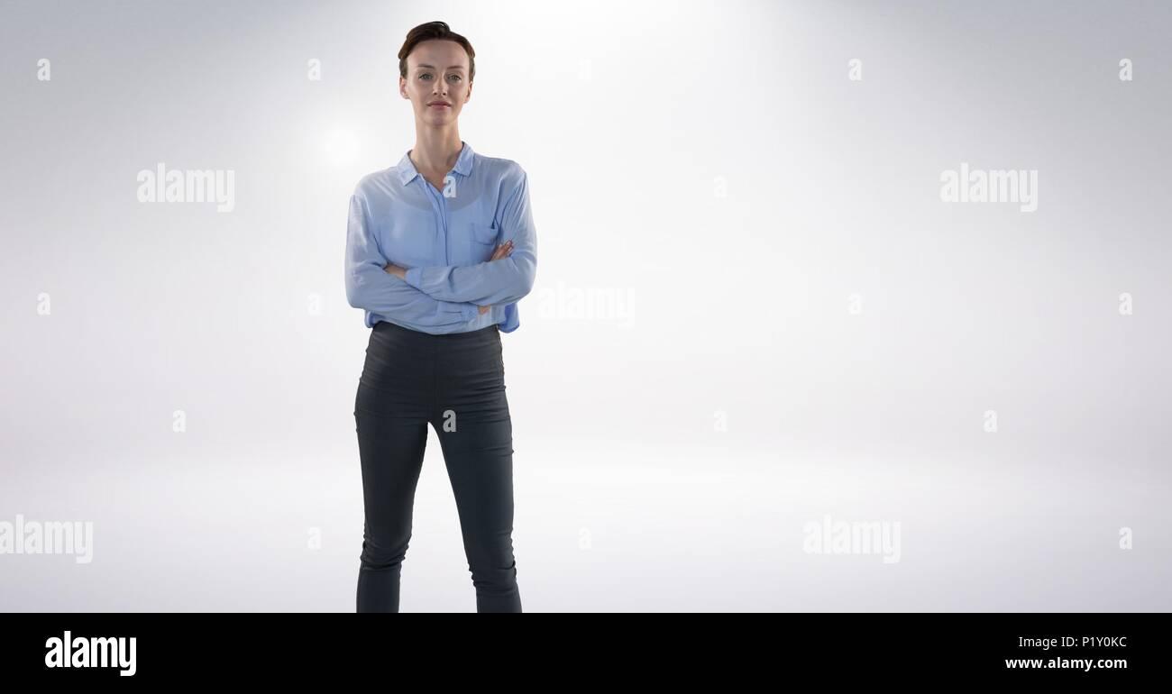 Geschäftsfrau falten Arme mit grauem Hintergrund Stockbild