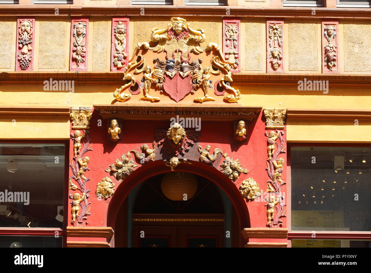 Stil der alten Tür Veranda in Lavesstraße, Hannover, Niedersachsen, Deutschland, Europa ich Altes verziertes Türportal in der Lavesstraße, Hannover, Niedersac Stockfoto