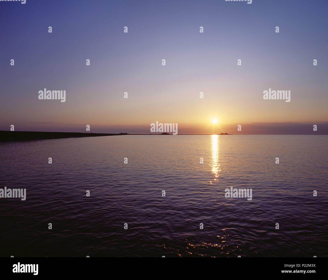 Sonnenuntergang? ber der Hallig Hooge, Nordseek?ste, Schleswig-Holsteinisches Wattenmeer, Nordfriesische Inseln, Schleswig-Holstein, Deutschland, Stockbild