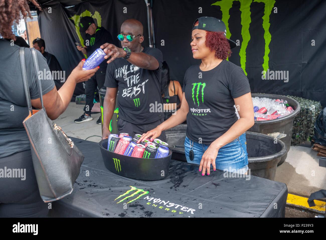 Arbeitnehmer kostenlose Proben von Monster Marke Energy Drinks an ...
