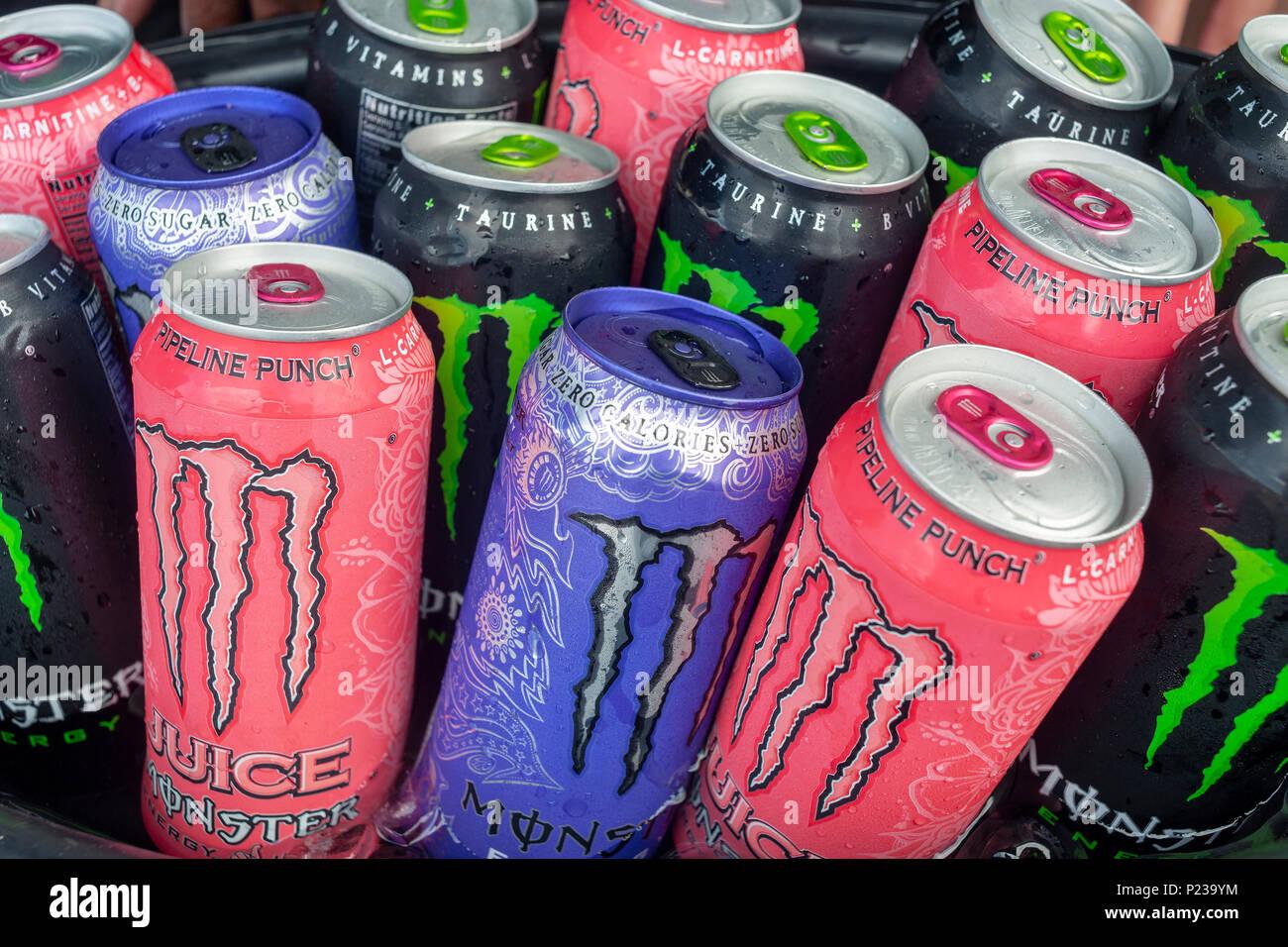 Kostenlose Proben von Monster Marke Energy Drinks an einer Messe in ...