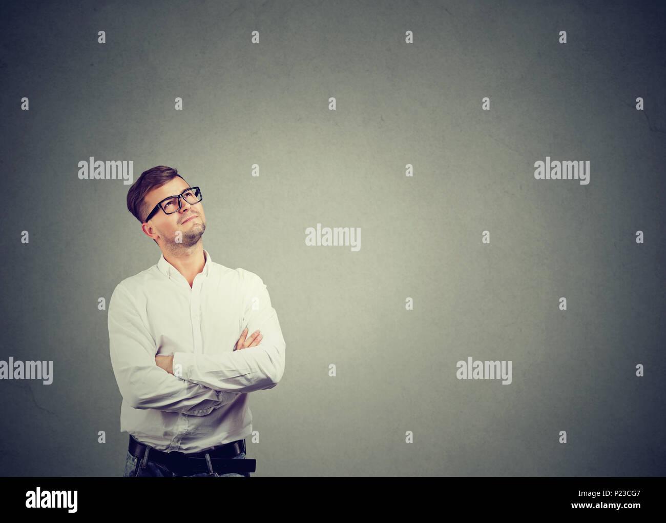 Schöner Mann im weißen Hemd und Brille suchen und Träumen träumen von Karriere. Stockbild