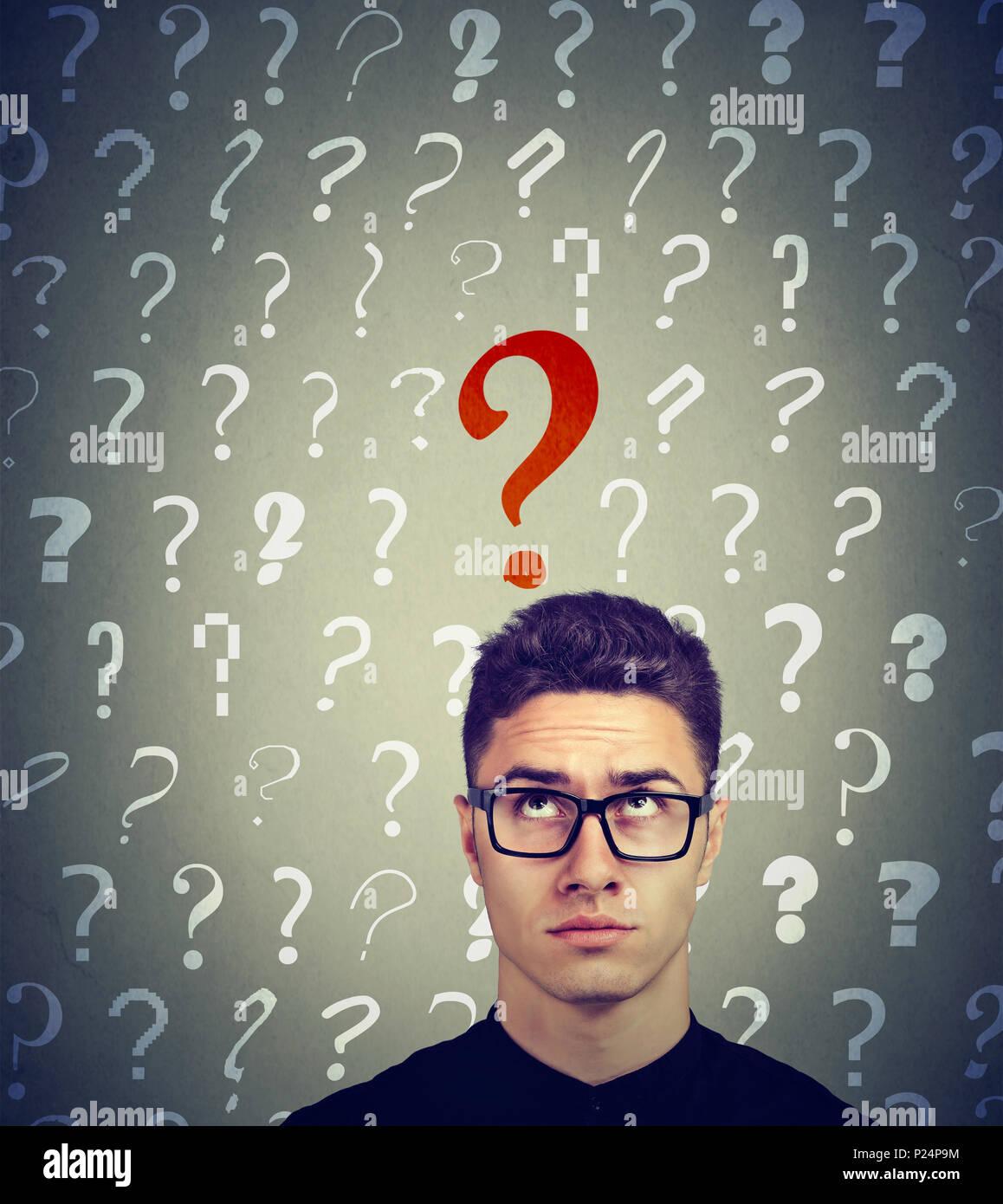 Serious Business Mann suchen, um sich an einer Taste rot Frage Stockbild