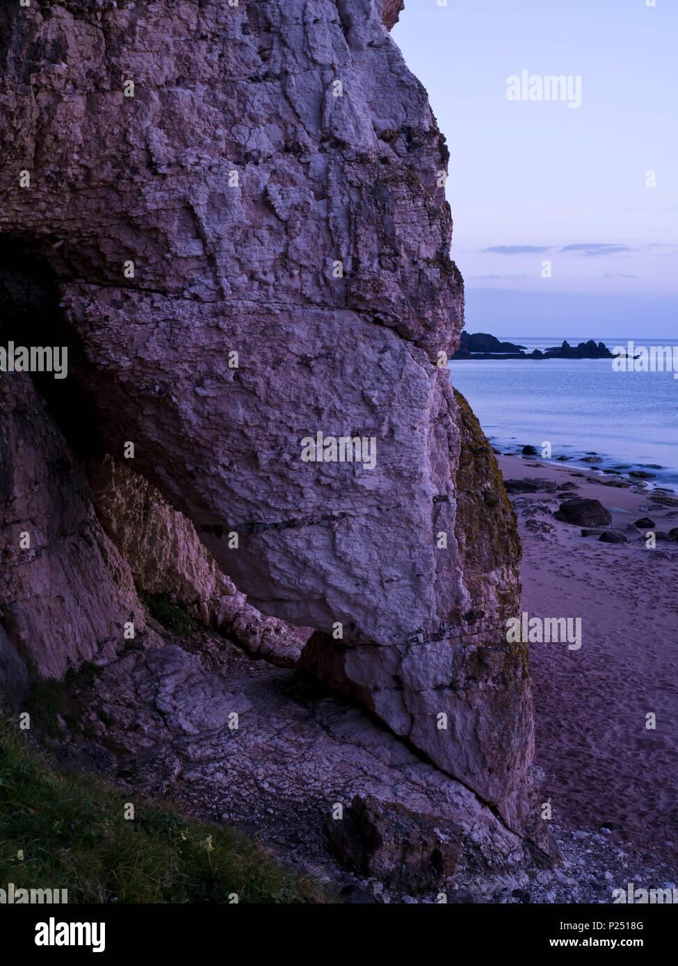 Nordirland, Antrim, Causeway Coast, Steilküste aus Muschelkalkstein bei Ballintoy, Felsentor, blaue Stunde Stockbild
