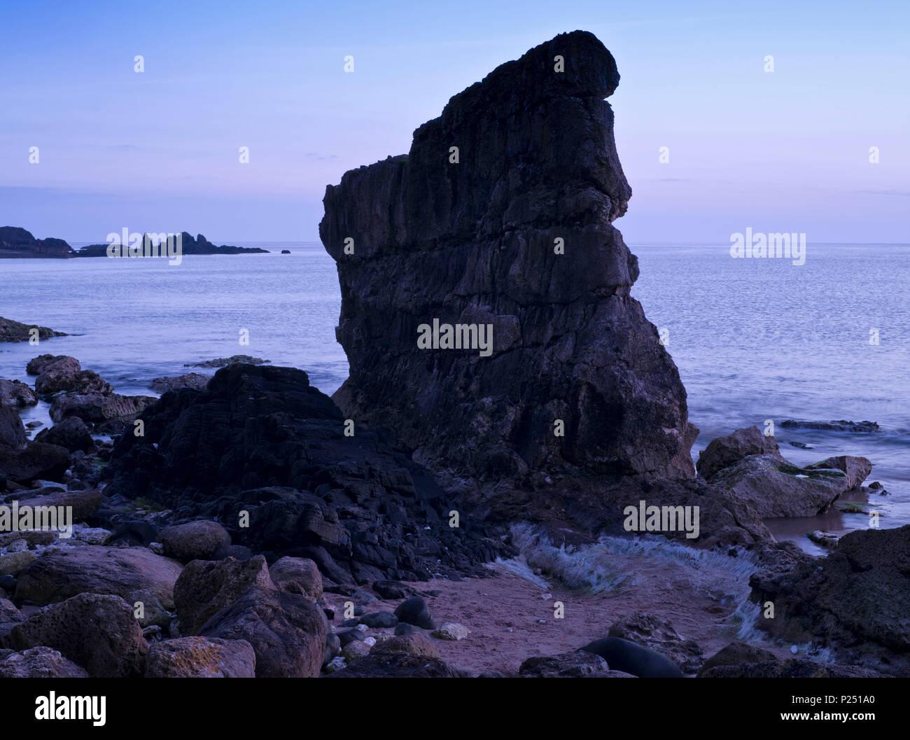 Nordirland, Antrim, Causeway Coast, Steilküste aus Muschelkalkstein bei Ballintoy, blaue Stunde Stockbild